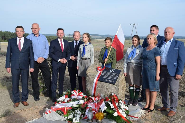 obelisk ku czci żołnierzy AK